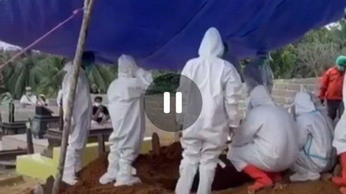 Tangkapan layar bocah Arga (13) saat mengumandangkan azan pemakaman ibunya, Deasy Setiawati (40) terpapar Covid-19 di Muslimin Kelambu Kuning Tenggarong, Kutai Kartenegara, Kaltim, Sabtu (24/7/2021).