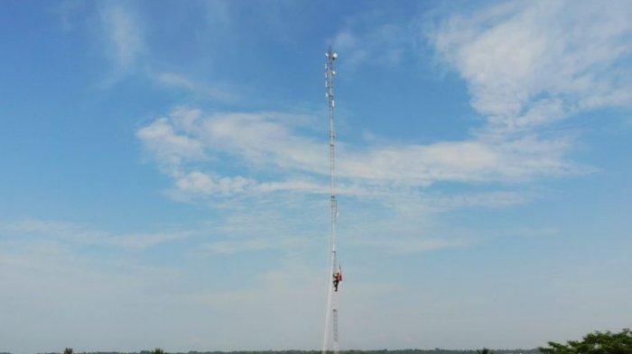Polisi Panjat Tower Setinggi 60 M untuk Kibarkan Merah Putih, Sempat Dilarang Istrinya yang Khawatir
