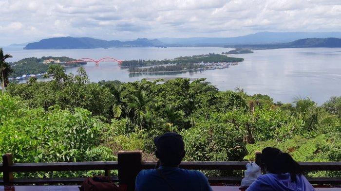 Bukit Jokowi Suguhkan Panorama Indah Teluk Youtefa dan Jembatan Holtekamp di Kota Jayapura