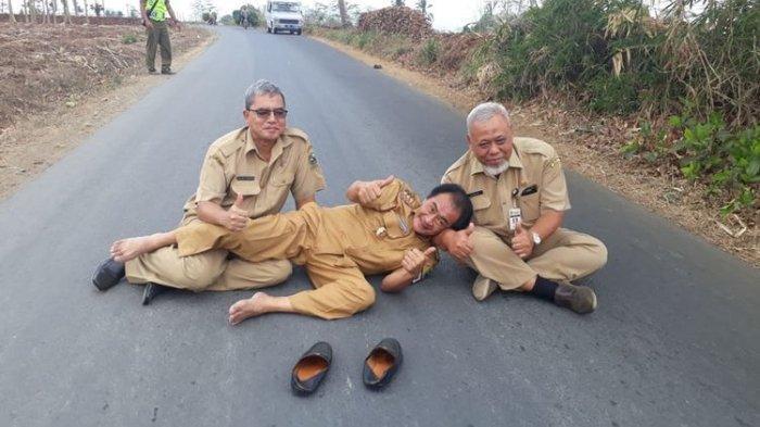 Sempat Viral karena Slip Gaji, Bupati Banjarnegara Kini Tiduran di Jalan dengan Pakaian Dinas