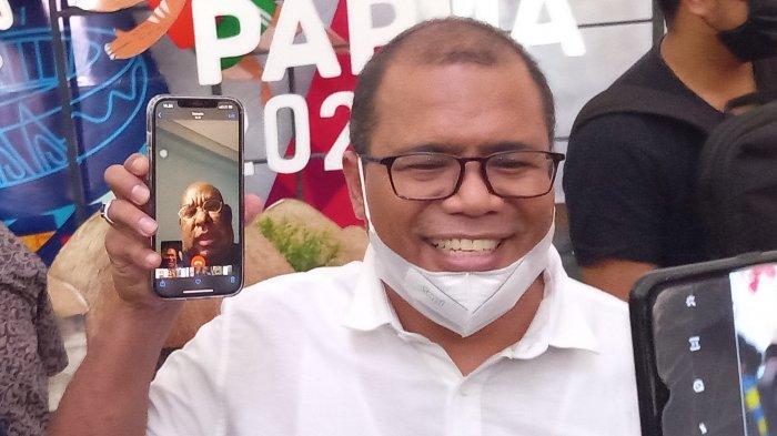 Juru bicara Gubernur Papua M Rifai menunjukkan potongan gambar saat melakukan video col dengan Gubernur Papua Lukas Enembe, Jumat (25/6/2021)