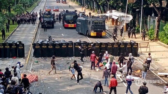 Demo Tolak UU Cipta Kerja di Jakarta Ricuh, Polisi Tangkap Hampir 1.000 Orang
