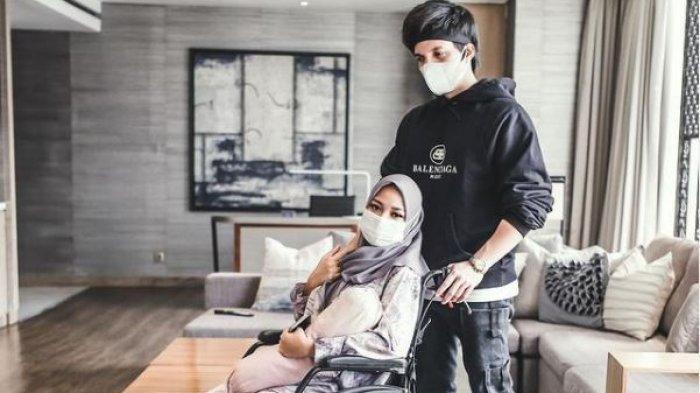 Didorong Atta Halilintar, Aurel Hermansyah terlihat duduk di kursi roda saat Lebaran, Kamis (13/5/2021).