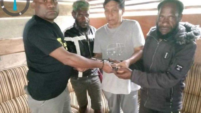 2 Anggota KKB Pimpinan Purom Wenda Serahkan Diri, Kapolda Papua Beri Syarat agar Diampuni
