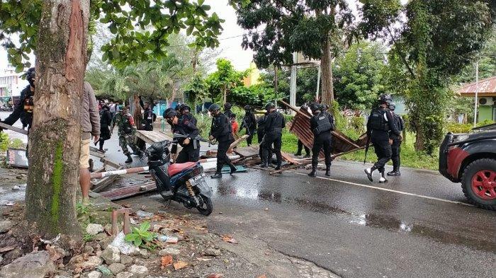 Dua kelompok warga di Manokwari saling serang, kondisi ruas jalan Angkasa Muliyono Manokwari dipalang, Minggu (18/4/2021).
