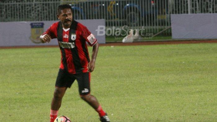Eduard Ivakdalam saat masih berseragam Persipura Jayapura pada Kamis (14/12/2017).