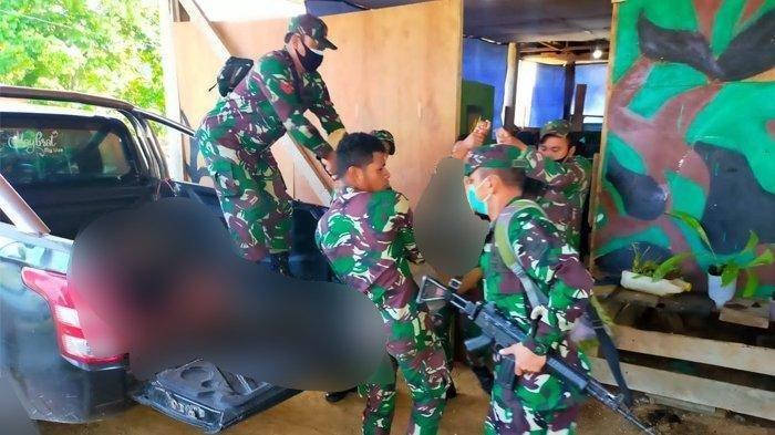 Suasana evakuasi 3 orang prajurit TNI dari dalam Posramil Kisor, Kampung Kisor, Distrik Aifat Selatan, Kabupaten Maybrat, Papua Barat.