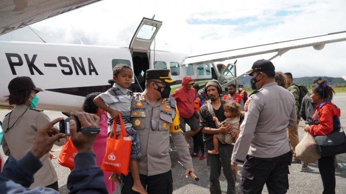 Satgas Gabungan TNI Polri dan polres pegunungan bintang melaksanakan Evakuasi Warga dari Distrik Kiwirok
