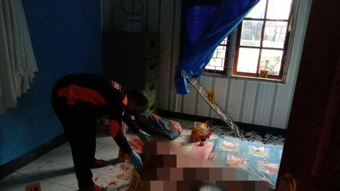 Polisi saat mengevakuasi jenazah Sriwati, korban pemerkosaan dan pembunuhan di Argapura Bawah Distrik Jayapura Selatan, Kota Jayapura Papua