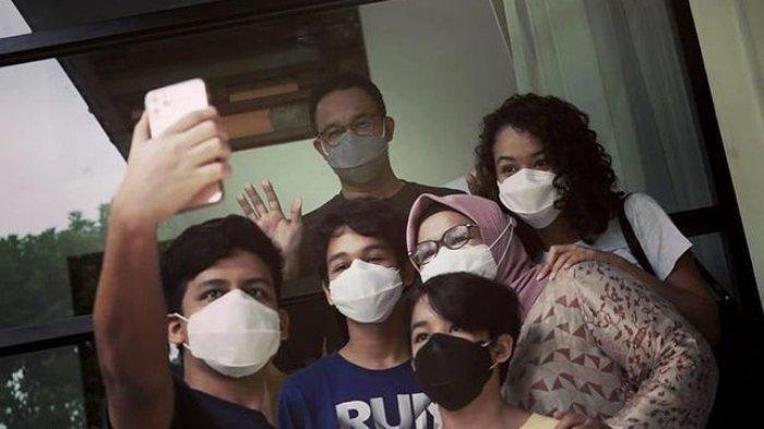 Keempat anak dari pasangan Anies Baswedan dan Fery Farhati menjenguk Anies di Rumah Dinas Gubernur DKI Jakarta, Menteng Jakarta Pusat, Kamis (17/12/2020)