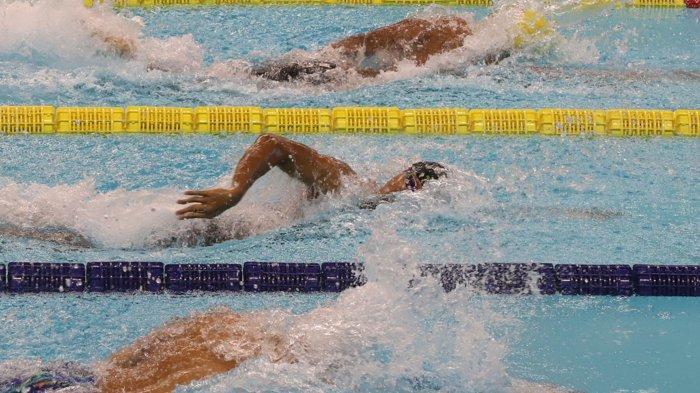 Sejumlah atlet saat tampil pada final renang nomor 100 meter gaya bebas putra di ajang Pekan Olahraga Nasional (PON) XX di Arena Akuatik Kampung Harapan, Kabupaten Jayapura, Rabu (13/10/2021).