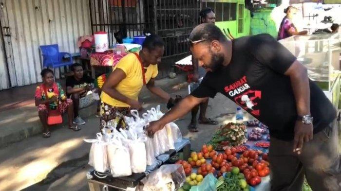 Bantu UMKM, Sahabat Ganjar Papua Borong Pinang dan Bakso Dibagikan ke Warga