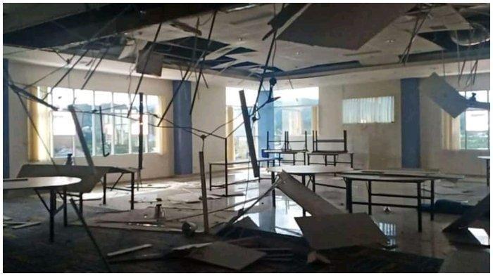 Gedung di Mamuju, Sulawesi Barat, rusak akibat guncangan gempa bumi yang berpusat di Majene, Sulawesi Barat, Jumat (15/1/2021), dengan kekuatan 6,2 SR.