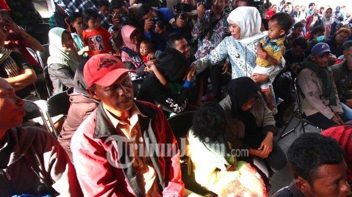 Gubernur Khofifah Janjikankan Baju hingga Uang untuk Pengungsi Wamena yang Pulang Tak Bawa Apa-apa