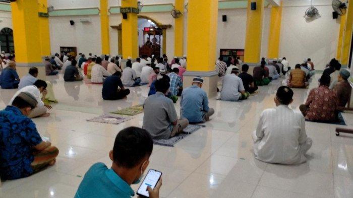 Suasana ibadah di masjid Al-Falah Manokwari yang menerapkan prokes pencegahan Covid-19