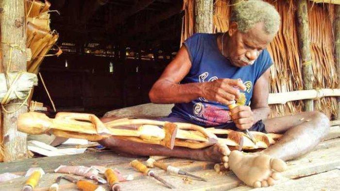 ILUSTRASI Suku Asmat yang dikenal dengan hasil ukiran kayu unik