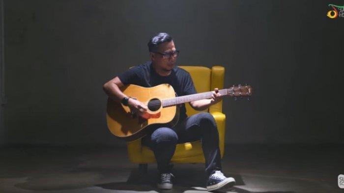 Kunci Gitar dan Lirik 'Kau Masih Kekasihku' - Ady 'Jauh di Lubuk Hatiku Masih Terukir Namamu'