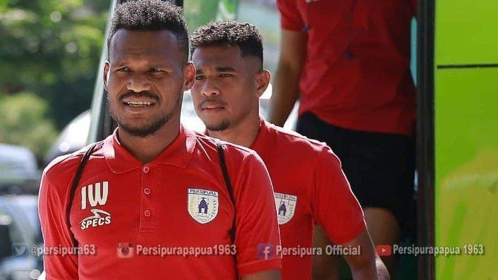 Manajemen Arema FC Tak Bisa Pastikan Nasib Mantan Bek Persipura Israel Wamiau di Skuad Singo Edan