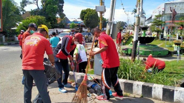 Masyarakat Maluku di Kabupaten Manokwari, Papua Barat menggelar jalan santai dan bersih-bersih sebagai rangkaian peringatan Hari Ulang Tahun (HUT) Pattimura yang ke-204, Jumat (8/5/2021).