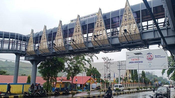 Ludah Pinang Hiasi Jembatan Penyebarangan di Padang Bulan