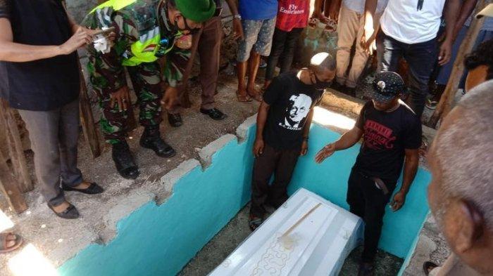 Jenazah Habel Halenti (30), saat di makamkan di RT 8 RW 4, Dusun 2 Desa Lawahing, Kecamatan Kabola, Kabupaten Alor, Nusa Tenggara Timur (NTT), Senin (7/6/2021).