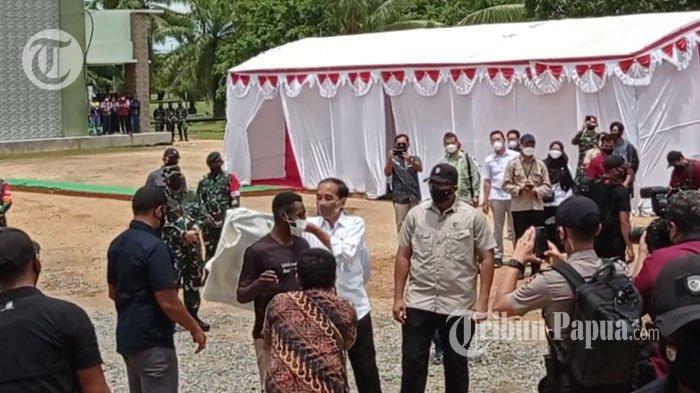 Jokowi Lepas Jaket untuk Hermanus Konjol Disaksikan Ribuan Mata di Sorong