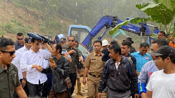 Jokowi Pakai Jas Hujan 'Kresek' Warna Hijau karena Kehujanan saat Tinjau Korban Banjir