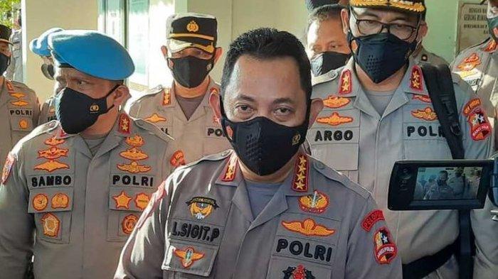 Kapolri, Jenderal Listyo Sigit Prabowo, memberi keterangan pers usai membesuk dua anggotanya yang terluka saat bertugas di Distrik Kiwirok, Kabupaten Pegunungan Bintang. Kini kedua korban tengah menjalani perawatan di RS Bhayangkara Jayapura, Papua, Rabu (29/9/2021).