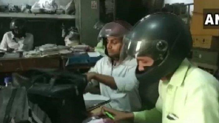 Fotonya Viral, Para Karyawan Ini Pakai Helm saat Bekerja di Dalam Kantor, Lihat Videonya