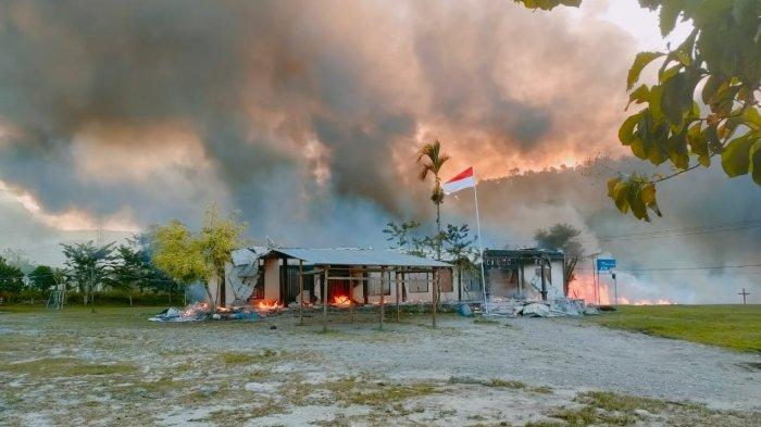 Situasi pembakaran perkantoran dan fasilitas lainnya di Kabupaten Yalimo, Papua, Selasa (29/6/2021)
