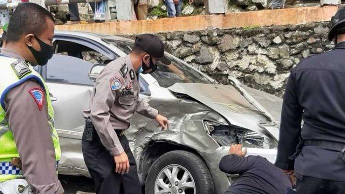 Kecelakaan beruntun di Lembah Anai yang melibatkan 10 kendaraan roda empat menyebabkan 12 penumpang dilarikan ke RS, Rabu (30/12/2020)