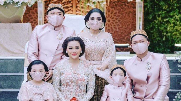 Keluargan Anang-Ashanty di acara siraman Aurel Hermansyah