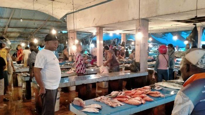Cuaca ekstrem dan nelayan yang tak melaut, berimbas pada kenaikan harga ikan di Pasar Sanggeng, Kabupaten Manokwari, Papua Barat.