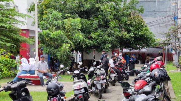 Keramaian di wifii corner Telkom Jl. Ahmad Yani, Jayapura, Papua.