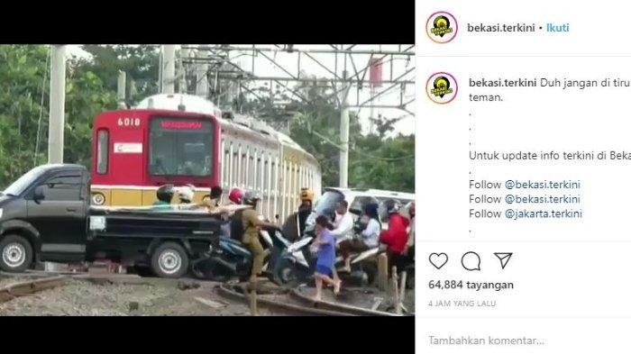 Penjelasan KCI soal Viral Video KRL Berhenti saat Rel Dipadati Kendaraan di Bekasi