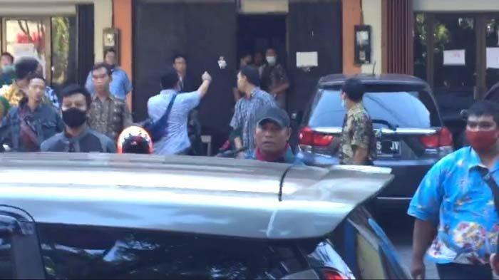 Ricuh Puluhan Driver Ojol dengan Kelompok Diduga Debt Collector, Saksi: Ada yang Bawa Kayu, Batu