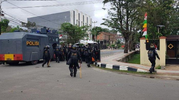 Polisi Lepaskan Gas Air Mata setelah Massa Unjuk Rasa Lempar Batu ke Arah Wali Kota Sorong