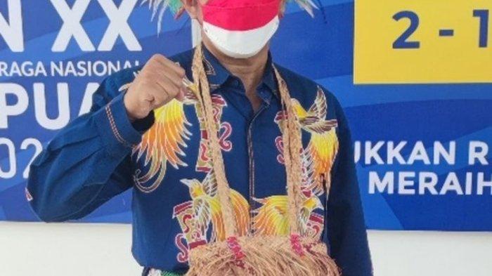 Ikut Upacara HUT RI ke-76, Ketua DPR Papua Kenakan Pakaian Adat Shiryu dari Kepulauan Yapen
