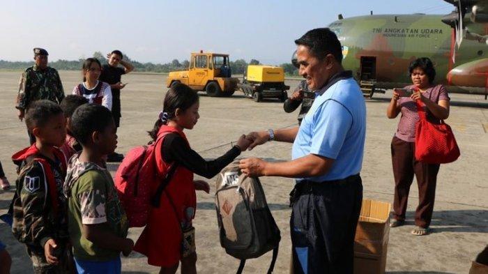 Bingkisan dan Senyum Anak-anak yang Kembali ke Wamena: Iya Tong Su Lama Tra Sekolah