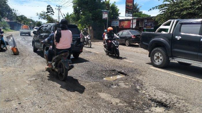 Warga hingga Sopir Angkot Keluhkan Ruas Jalan Provinsi Papua Barat yang Rusak Parah