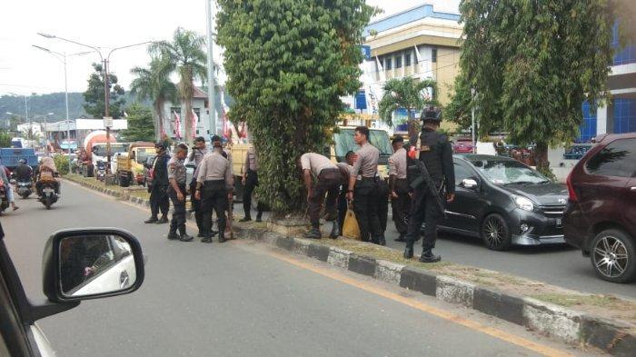 Situasi di Manokwari Kondusif, Sejumlah Brimob Bersiaga hingga Ikut Bersihkan Jalanan