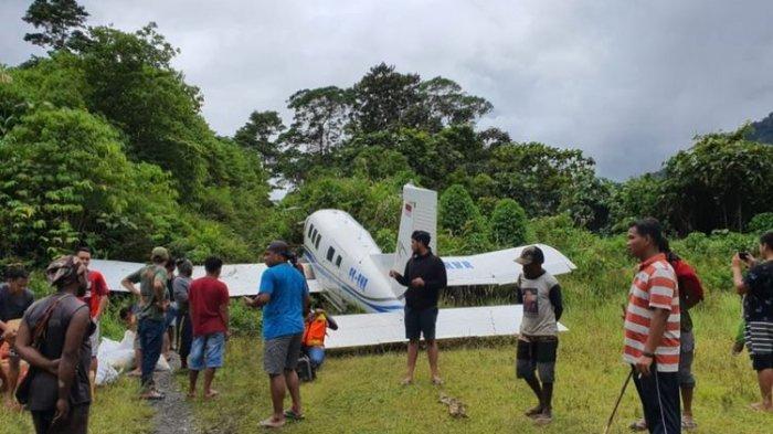 Landasan Licin karena Hujan, Pesawat Tariku di Papua Tergelincir dan Terbentur
