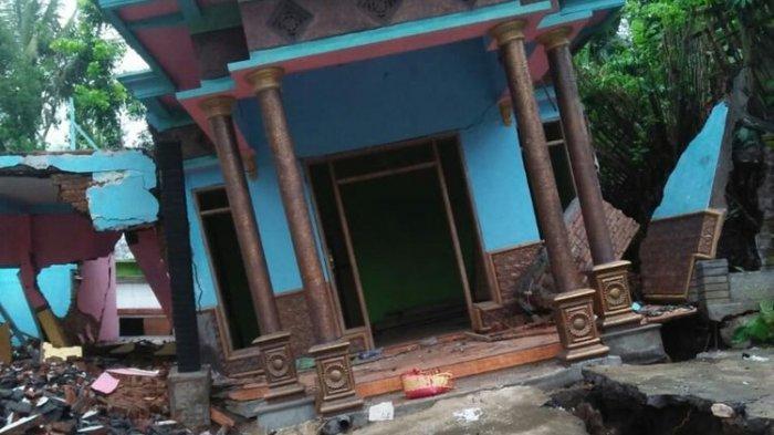 Rumah Miring dan Nyaris Roboh karena Tanah Bergerak, Tanah Tampak Terbelah dan Membentuk Rongga