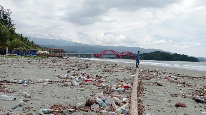 Sampah Berserakan, Panorama Pantai Holtekamp dan Jembatan Youtefa Tercemar
