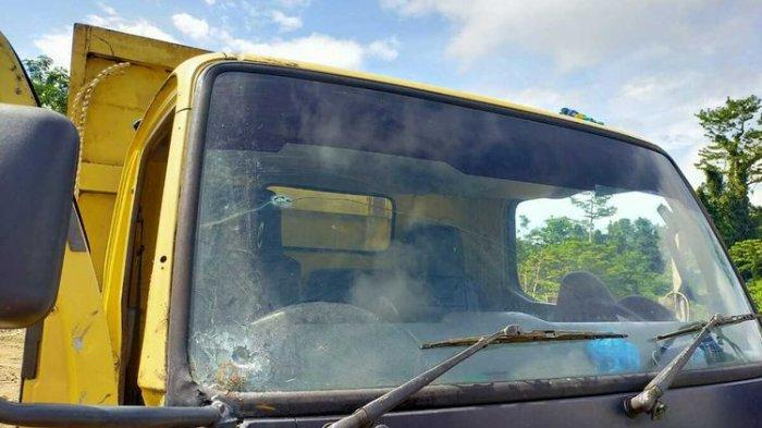 Kondisi truk yang dipakai pekerja jembatan di Kabupaten Yahukimo. Tampak lubang di bagian kaca depan truk akibat tembakan yang dilepas KKB Tendius Gwijangge, Papua, Kamis (24/6/2021)