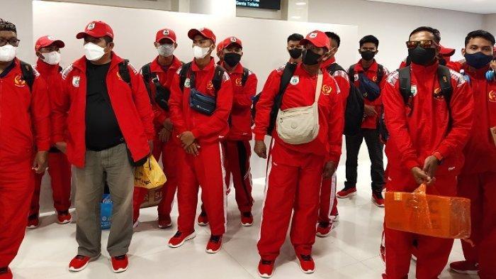 3 Kontingen Cabor Sulawesi Barat Kenakan Kostum Merah-Merah Saat Tiba di Bandara Sentani Jayapura