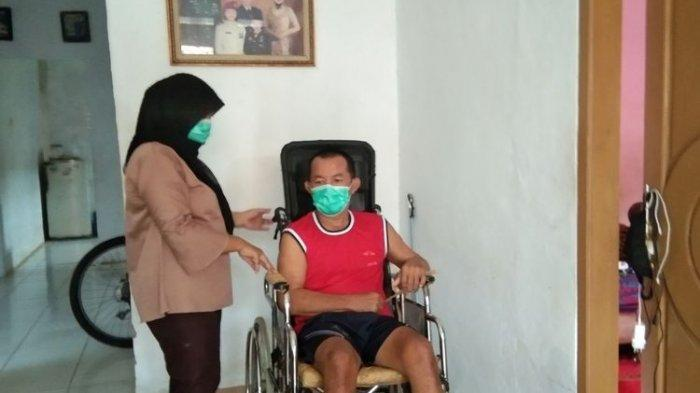 Kopka Ade Casmita, anggota TNI yang lumpuh lantaran disengat tawon ndas dan istrinya, Rita Juwita ditemui di rumahnya di Kampung Dawuan Oncom Nomor 65, RT 014, RW 005, Desa Dawuan Kaler, Kecamatan Dawuan, Kabupaten Subang , Jumat (5/4/2021) siang.