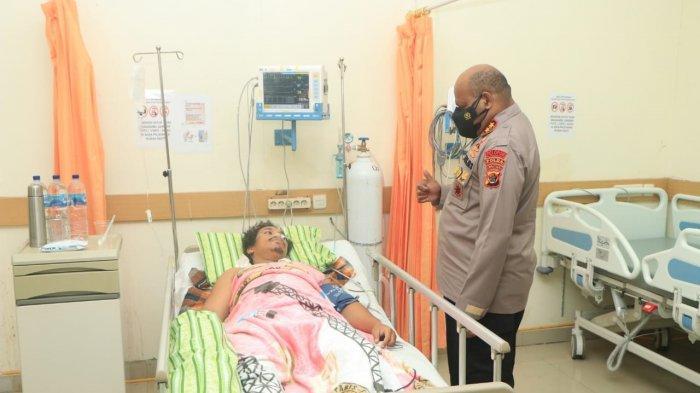 Kapolda Papua Irjen Pol Mathius D Fakhiri ketika melihat kondisi anggotanya yang menjadi korban kontak tembak saat mendapatkan perwatan di RS.Bhayangkara Jayapura