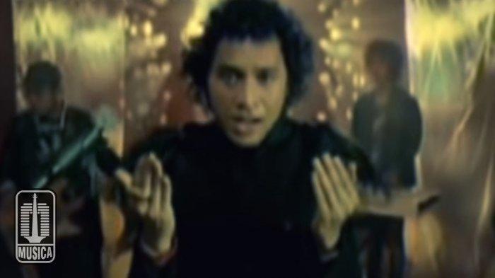 Lirik dan Kunci (Chord) Gitar 'Dosakah Aku' - Nidji 'Mereka Bukan Hakim Kita'