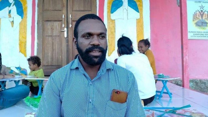 Kisah Lamek Dowansiba, Pemuda Papua yang Menolak jadi PNS Demi Membumikan Literasi di Kampung